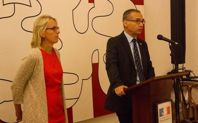 L'ambassadrice désignée de France en Israël, Hélène Le Gal, et le Directeur général adjoint du ministère de la Santé, Arnon Afek, le 21 novembre 2016. (Crédit : Marine Crouzet/Ambassade de France en Israël)