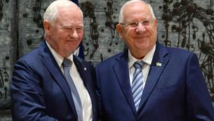 Le président Reuven Rivlin salue le gouverneur général du Canada, David Johnston, à Jérusalem le 2 novembre 2016 (Crédit : Mark Neiman / GPO)