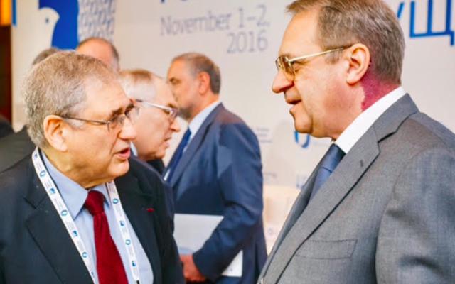 Simon Samuels (d) et le vice-ministre des Affaires étrangères russe à Moscou, le 2 novembre 2016 (Crédit : autorisation)
