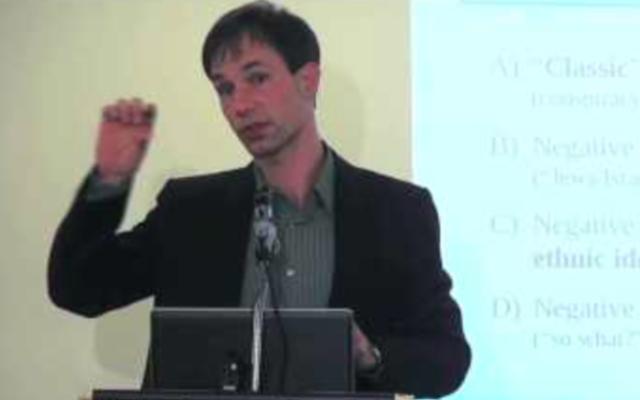 Professeur Gunther Jikeli à l'ISGAP à Paris, France, le 17 avril 2015 (Crédit : Capture d'écran YouTube)