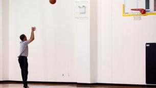 Le président Barack Obama s'entraîne avant de jouer à un match de basket-ball à Fort McNair à Washington, DC, le samedi 9 mai 2009 (Crédit : Bailer in chief).