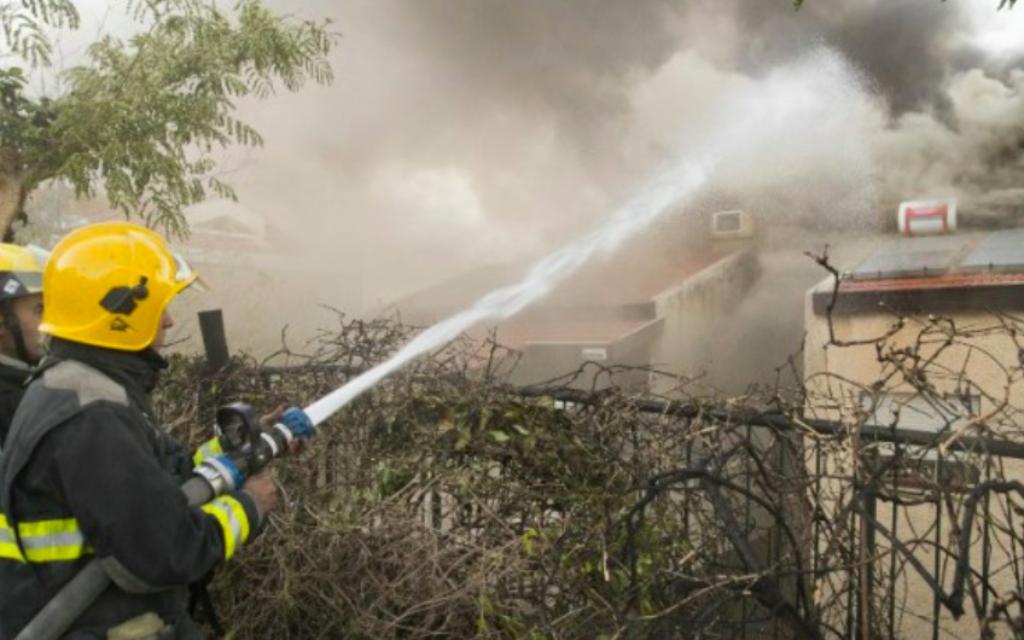 Un pompier israélien aide à éteindre un incendie dans la ville du nord de Haïfa le 24 novembre 2016. (Jack Guez / AFP)