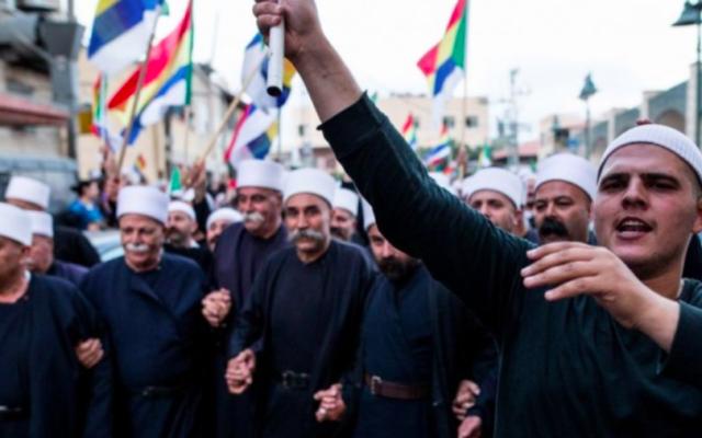 Des Druzes israéliens du village de Yarka se rendent à une manifestation pour soutenir leurs frères en Syrie menacés par les combats entraînés par la guerre civile, le 14 juin 2015. (Crédit : Basel Awidat/Flash90)