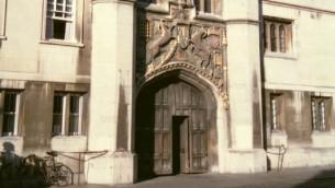 L'entrée du Christ's College, Cambridge, Rpyaume-Uni. (Crédits : CC BT-SA 2.5/Stuart Edwards/Wikimedia)