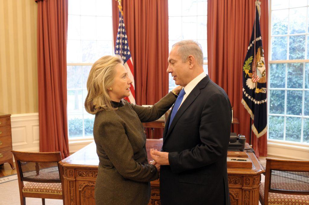 Le Premier ministre Benjamin Netanyahu avec Hillary Clinton à la Maison Blanche en 2012 (Crédit : Amos Ben Gershom / GPO)