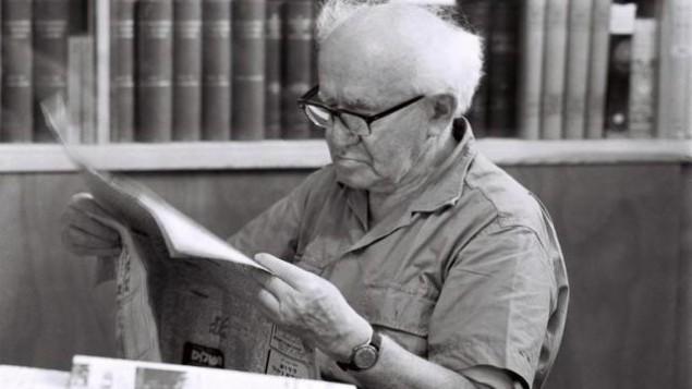 David Ben Gurion chez lui, au kibbout Sde Boker. (Crédit : GPO)