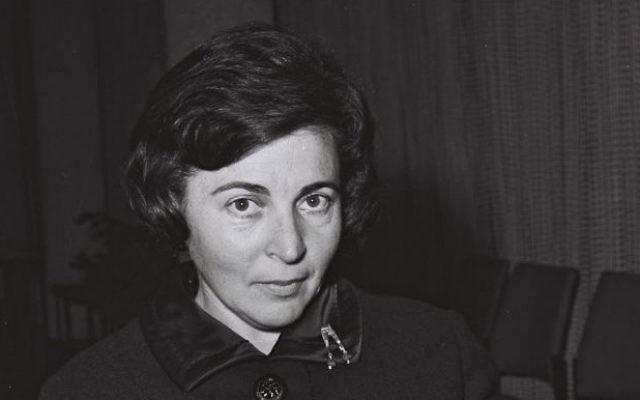 Miriam Eshkol, l'épouse de l'ancien Premier ministre Levi Eskhol, en 1964. (Crédit : Pridan Moshe/GPO)