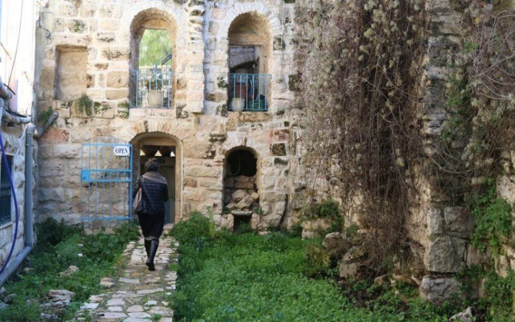 La maison de Ruth Havilio, une artiste d'Ein Kerem spécialiste des carreaux de céramique décoratifs. (Crédit : Shmuel Bar-Am)
