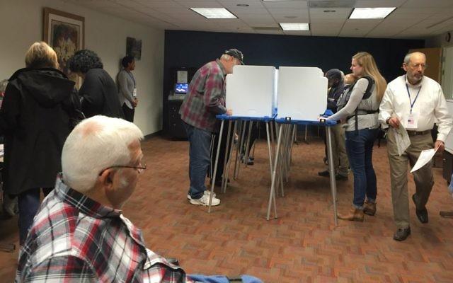 Des gens votent au Centre communautaire juif d'Indianapolis le 8 novembre 2016. (Crédit : Amanda Borschel-Dan / Times of Israel)