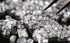 Illustration: des diamants triés par un joaillier à Jérusalem, le 21 juillet 2008. (Nati Shohat/Flash90)