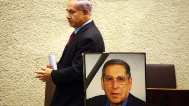 Le Premier ministre Benjamin Netanyahu pendant une cérémonie d'hommage à Rehavam Zeevi, ancien ministre assassiné, à la Knesset, le 12 octobre 2010. (Crédit : Abir Sultan/Flash90)