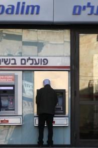 Un Hiérosolémytain retire de l'argent d'un distributeur automatique. Illustration. (Crédit : Nati Shohat/Flash90)