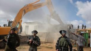 Des troupes israéliennes en poste pendant la démolition d'une structure palestinienne dans le quartier de Beit Hanina de Jérusalem Est, le 24 novembre 2011. Illustration. (Crédit : Issam Rimawi/Flash90)