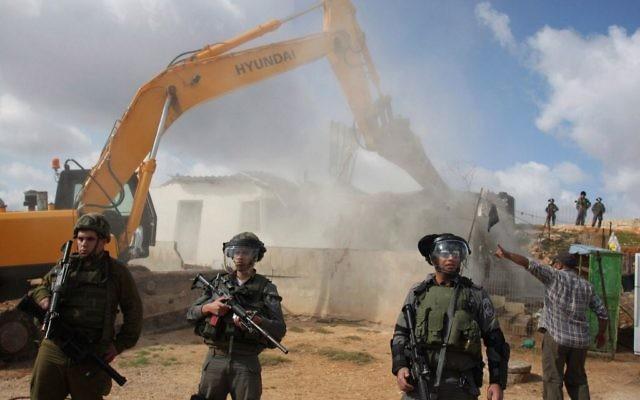 Illustration : des troupes israéliennes en poste pendant la démolition d'une structure palestinienne dans le quartier de Beit Hanina de Jérusalem Est, le 24 novembre 2011. Illustration. (Crédit : Issam Rimawi/Flash90)