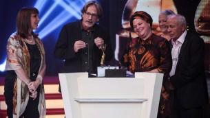 """La réalisatrice Rama Burshtein reçoit l'Ophir du meilleur film pour """"Le cœur a ses raisons"""", à Haïfa, le 21 septembre 2012. (Crédit : Avishag Shaar-Yashuv/Flash90)"""