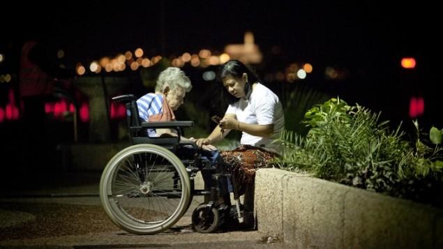 Une aide domestique philippine et une Israélienne âgée à Tel Aviv. Illustration. (Crédit : Moshe Shai/Flash90)