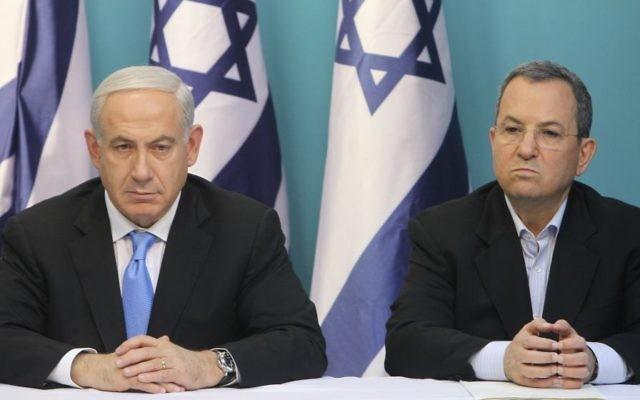 Le Premier ministre Benjamin Netanyahu (à gauche) et son ministre de la Défense d'alors, Ehud Barak, pendant une conférence de presse au bureau du Premier ministre, le 21 novembre 2012. (Crédit : Miriam Alster/Flash90)