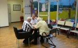 Des hommes âgés jouent au backgammon dans un country club du nord de Tel Aviv. Illustration. (Crédit : Tomer Neuberg/Flash90)