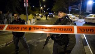 La police ferme la zone où Yehuda Glick a été blessé par balles par un terroriste palestinien qui tentait de l'assassiner, le 29 octobre 2014. (Crédit : Yonatan Sindel/Flash90)