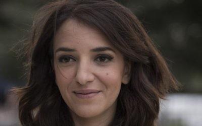 La journaliste arabe israélienne Lucy Aharish assiste à la 67e cérémonie de Yom HaAtsmaout au mont Herzl, à Jérusalem, le 22 avril 2015. (Crédit : Hadas Parush/Flash90)