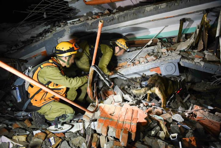Des soldats israéliens lors des tentatives de sauvetage de personnes blessées et piégées dans les ruines d'un bâtiment au Népal, suite au tremblement de terre mortel le 28 avril 2015 (Crédit : Porte-parole de Tsahal)