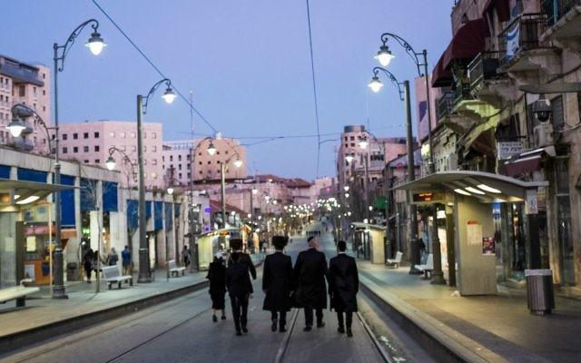 Des juifs orthodoxes marchent dans une rue de Jérusalem pendant Shabbat. Illustration. (Crédit : Corinna Kern/Flash90)