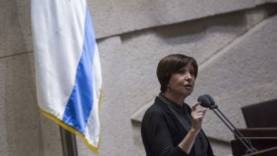 Zehava Galon, présidente du Meretz, devant la Knesset, le 5 juillet 2016. (Crédit : Hadas Parush/Flash90)