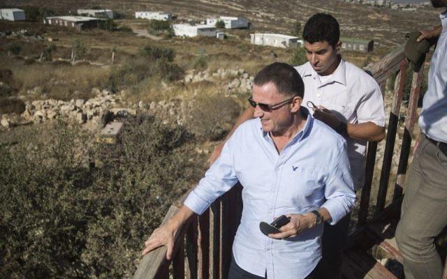 Yuli Edelstein, président de la Knesset, en visite dans l'avant-poste d'Amona, en Cisjordanie, le 28 juillet 2016. (Crédit : Hadas Parush/Flash90)