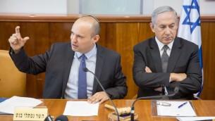 Le Premier ministre Benjamin Netanyahu, à droite, et le ministre de l'Education Naftali Bennett pendant la réunion hebdomadaire du cabinet dans les bureaux du Premier ministre, à Jérusalem, le 30 août 2016. (Crédit : Emil Salman/Pool)