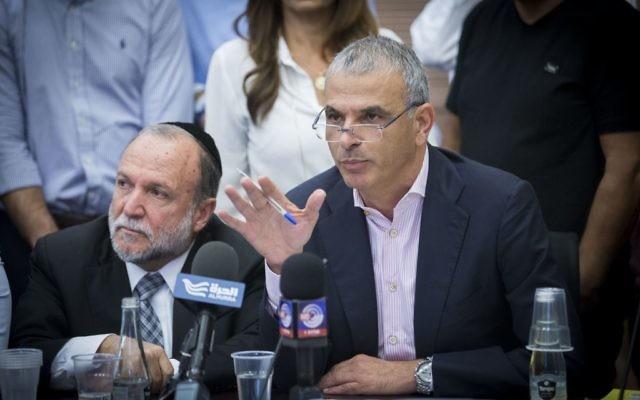 Le ministre des Finances Moshe Kahlon pendant une réunion de la commission des Finances de la Knesset, le 31 octobre 2016. (Crédit : Miriam Alster/Flash90)
