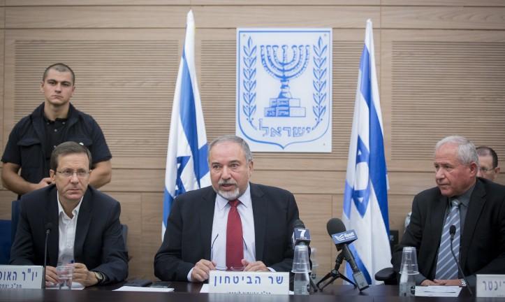 Le ministre de la Défense Avigdor Liberman devant la commission des Affaires étrangères et de la Défense de la Knesset, entouré du chef de l'opposition Isaac Herzog (à gauche), et du président de la commission Avi Dichter (à droite), à la Knesset, le 31 ocotbre 2016. (Crédit : Miriam Alster/Flash90)