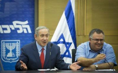 Le Premier ministre Benjamin Netanyahu (à gauche) et le député du Likud David Bitan, qui préside la coalition, pendant une réunion du Likud à la Knesset, le 31 octobre 2016. (Crédit : Miriam Alster/Flash90)