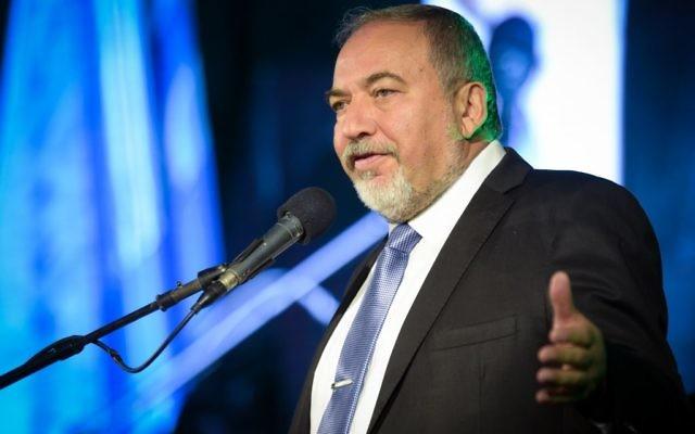 Le ministre de la Défense Avigdor Liberman pendant une cérémonie au ministère, à Tel Aviv, le 3 novembre 2016. (Crédit : Flash90)