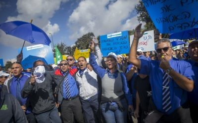 Des employés de la compagnie de bus israélienne Egged font grève devant le ministère des Finances à Jérusalem, le 2 octobre 2016 (Crédit : Yonatan Sindel/Flash90)