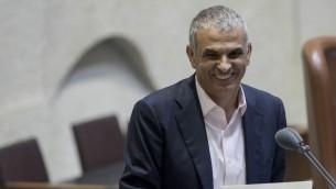 Le ministre des Finances Moshe Kahlon présente le budget pour 2017 et 2018 devant la Knesset, à Jérusalem, le 2 novembre 2016. (Crédit : Yonatan Sindel/Flash90)