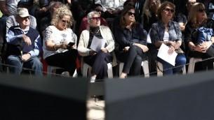 La famille et les amis à un service commémoratif marquant les 21 ans de l'assassinat de l'ancien Premier ministre Yitzhak Rabin, tenu au cimetière du mont Herzl à Jérusalem, le 4 novembre 2016 (Yonatan Sindel / Flash90)