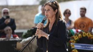 Dalia Rabin au service commémoratif marquant les 21 ans de l'assassinat de l'ancien Premier ministre Yitzhak Rabin, organisé au cimetière du mont Herzl à Jérusalem, le 4 novembre 2016. (Crédit : Yonatan Sindel/Flash90)