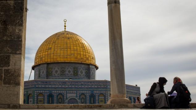 Deux fidèles musulmanes près du complexe de la mosquée Al-Aqsa, sur le mont du Temple, dans la Vieille Ville de Jérusalem, le 7 novembre 2016. (Crédit : Sebi Berens/Flash90)