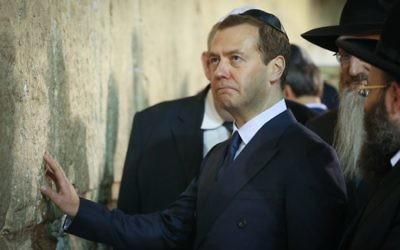 Le premier ministre russe Dmitri Medvedev au mur Occidental, dans la Vieille Ville de Jérusalem, le 10 novembre 2016. (Crédit : Shlomi Cohen/Flash90)