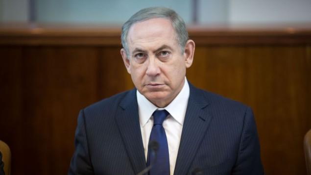 Le Premier ministre Benjamin Netanyahu préside la réunion hebdomadaire du cabinet dans ses bureaux, à Jérusalem, le 13 novembre 2016. (Crédit : Emil Salman)
