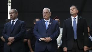 Le Premier ministre Benjamin Netanyahu, à gauche, avec le président Reuven Rivlin, au centre, et le président de la Knesset Yuli Edelstein pendant les commémorations du 21e anniversaire de l'assassinat du Premier ministre Yitzhal Rabin, au cimetière national du mont Herzl de Jérusalem, le 13 novembre 2016. (Crédit : Ohad Zwigenberg/Pool)
