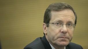 Isaac Herzog, chef de l'Union sioniste et de l'opposition, pendant une réunion sur le renforcement de la périphérie à la Knesset, le 13 novembre 2016. (Crédit : Yonatan Sindel/Flash90)