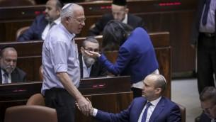 Le président du parti HaBayit HaYehudi Naftali Bennett avec le ministre de l'Agriculture de son parti Uri Ariel pendant le vote en lecture préliminaire du projet de loi dit de régulation des avant-postes de Cisjordanie, à la Knesset, le 16 novembre 2016. (Crédit : Yonatan Sindel/Flash90)