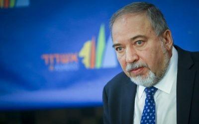Le ministre de la Défense Avigdor Liberman, né en Moldavie, à Ashdod, le 17 novembre 2016. (Crédit : Flash90)