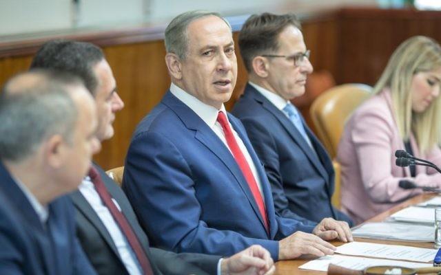 Le Premier ministre Benjamin Netanyahu préside la réunion hebdomadaire du cabinet, dans ses bureaux, à Jérusalem, le 20 novembre 2016. (Crédit : Emil Salman/Pool)