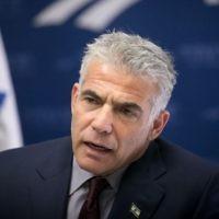 Yair Lapid, député et président du parti Yesh Atid, pendant une réunion de faction à la Knesset, le 21 novembre 2016. (Crédit : Yonatan Sindel/Flash90)