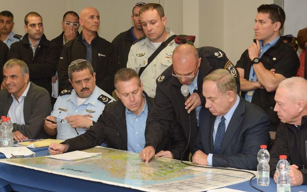 Le Premier ministre Benjamin Netanyahu aux côtés de Gilad Erdan, ministre de la Sécurité intérieure, briefés par les autorités sur la vague d'incendies qui menace le pays, le 24 novembre 2016. (Crédit : Amos Ben Gershom/GPO)