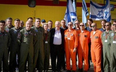 Le président Reuven Rivlin avec les pilotes de lutte contre le feu à Nataf, près de Jérusalem, qui a été touché par un important incendie quelques jours auparavant. Le 27 novembre 2016. (Crédit : Mark Neyman/GPO via Flash 90)