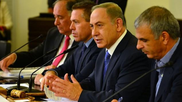 Le Premier ministre Benjamin Netanyahu, deuxième à droite, pendant la réunion hebdomadaire du cabinet à Haïfa, le 27 novembre 2016. (Crédit : Kobi Gideon/GPO)