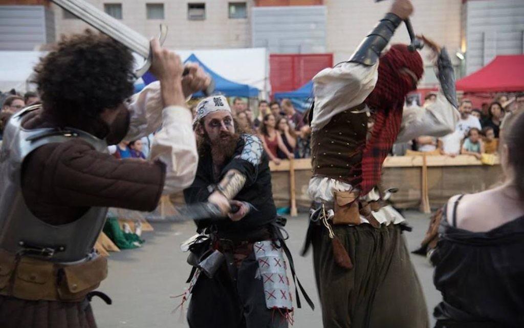 Les combattants du jeu de rôles s'affrontant au Festival Icon à Tel Aviv, le 18 octobre 2016 (Crédit : Autorisation de l'Icon Festival)